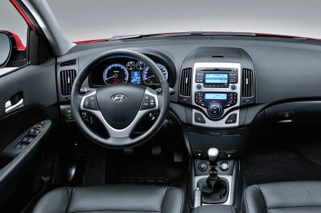 2011-Hyundai-i30-interior_22